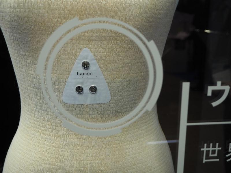 胸の下に銀メッキ繊維を使い生体情報を収集。取得したデータをトランスミッターで送信する