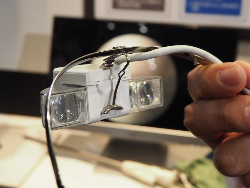 2つの有機ELパネルを搭載し、両眼視で見られる