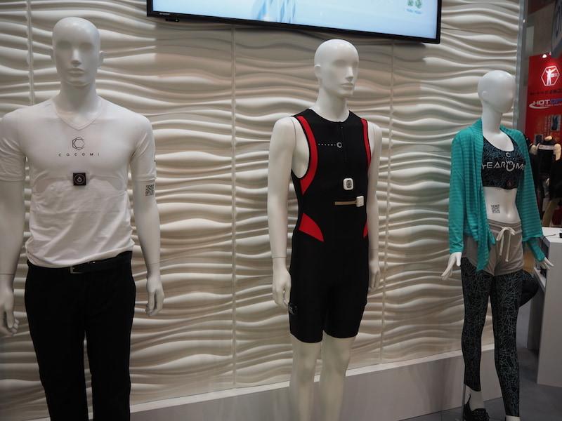 東洋紡ブースに展示されているCOCOMI採用の多彩なウェア