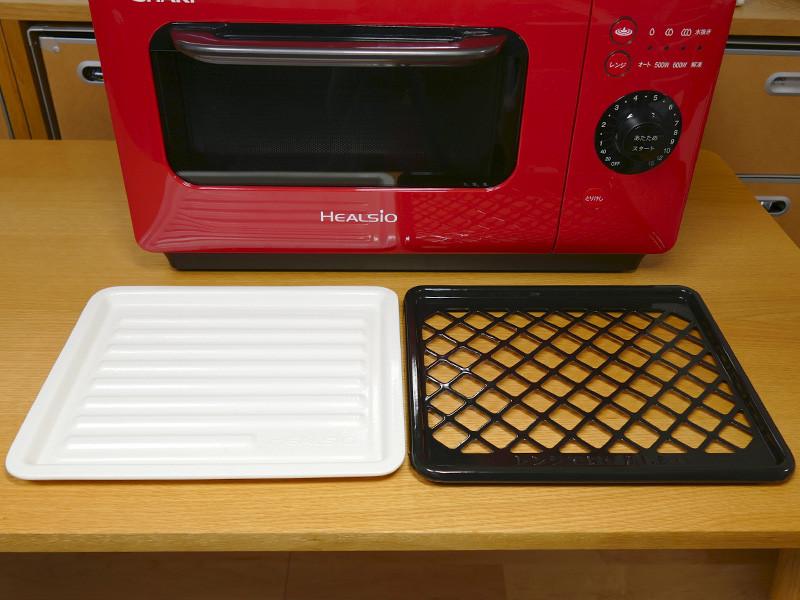 付属するセラミックトレイ(262×218mm)と、過熱水蒸気専用のホーロー焼き網(262×225mm)。いずれも丸洗いできる