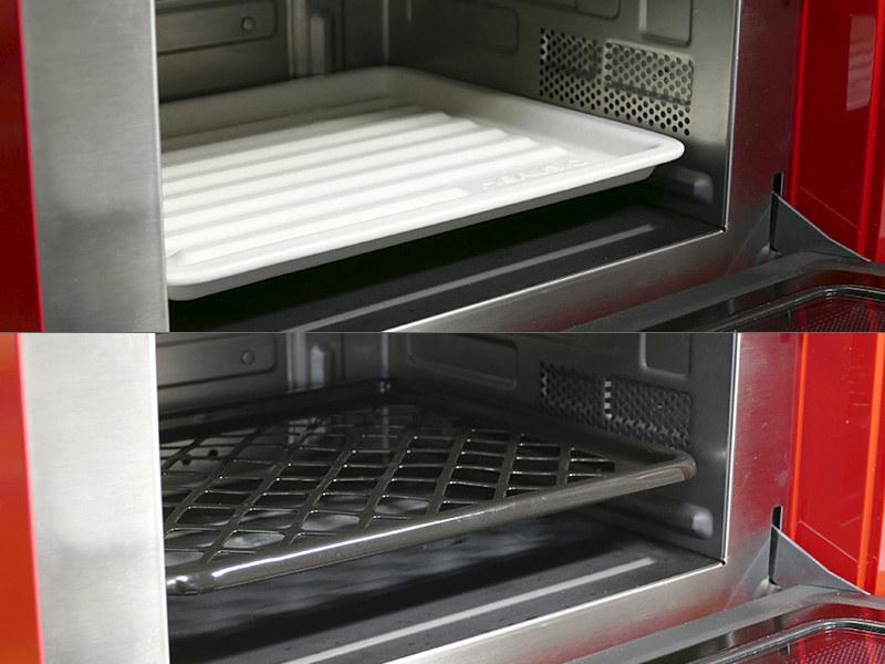 セラミックトレイは過熱水蒸気にも電子レンジにも使える。ホーロー焼き網は電子レンジでは使わない