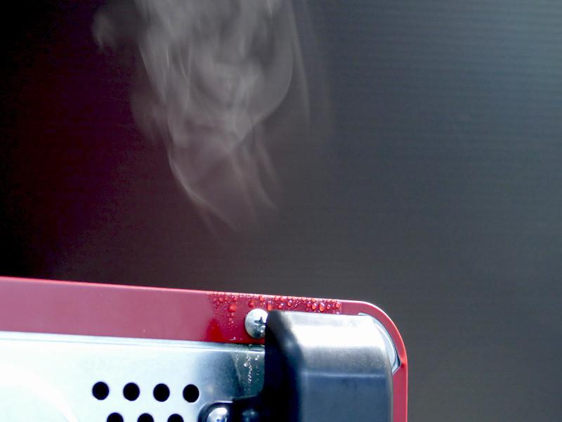 蒸気口からは、かなり熱い蒸気が排出されるので注意