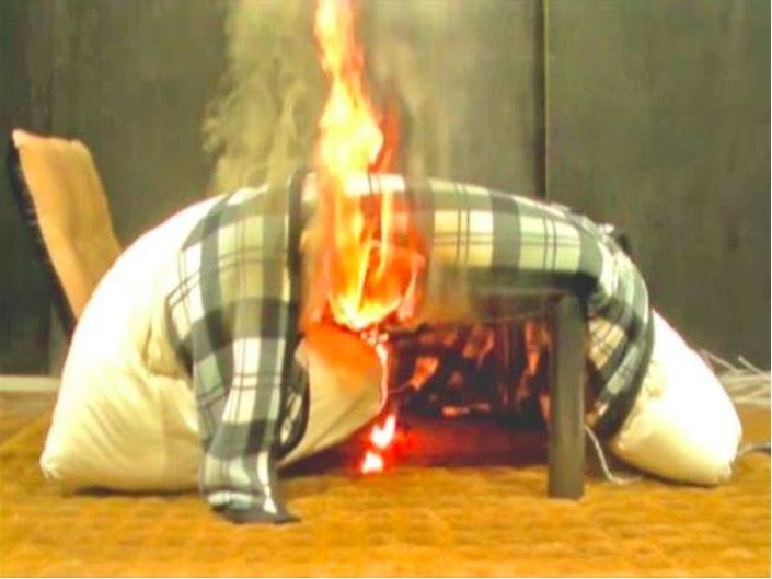 座椅子とともにこたつ布団が押し込まれて発火(再現実験)