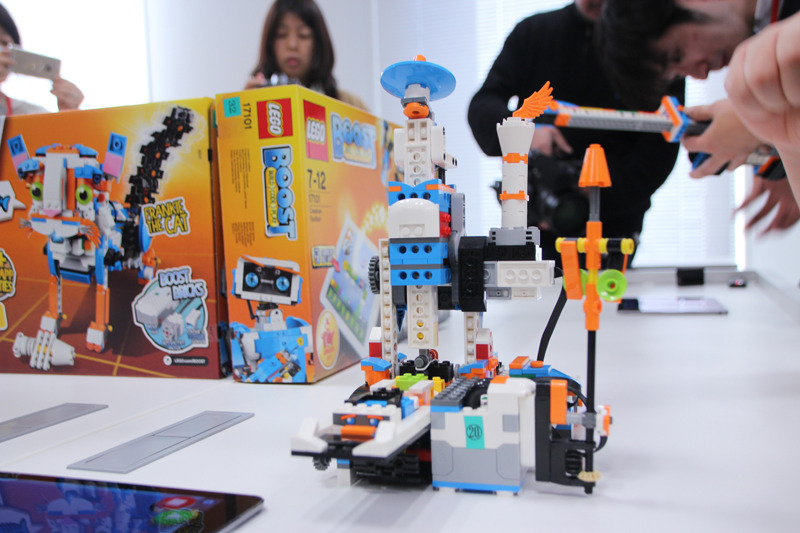 ブロック組み立てマシン。レーンにレゴブロックを置くとマシンが動く