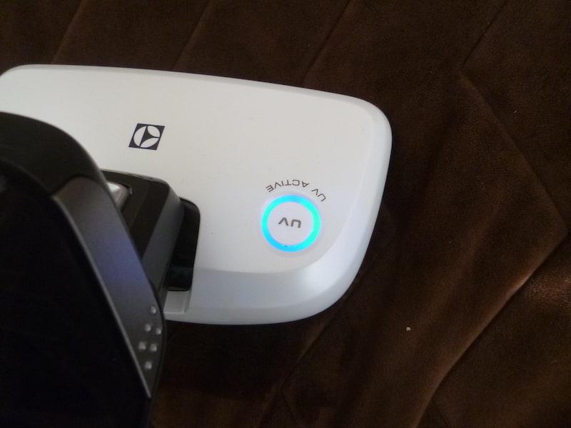 UVライトはヘッドのボタンでON/OFF操作が可能。起動時は青く光って知らせる