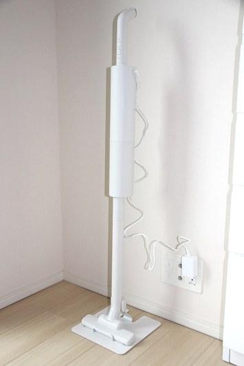 組み立てて、スタンドに収納したところ。充電時はACアダプターを直接接続する。ハンドル先の紐を使ってフックに吊るすことも可能