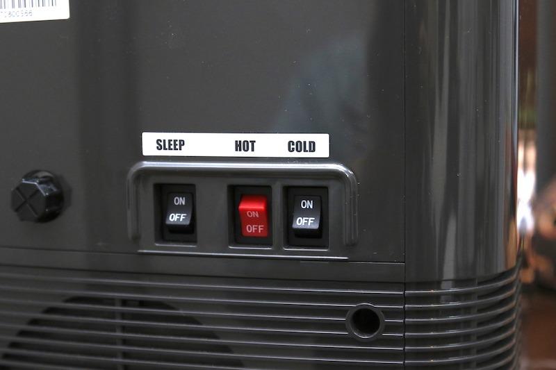 背面スイッチで、冷水や温水機能を切って単機能にしたり、夜になると電源を切るスリープモードを解除したりできる