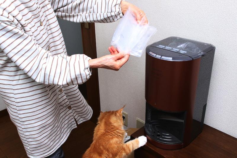 空になった水パックは、小さく折りたたんでゴミとし捨てられるので置き場所にも困らない