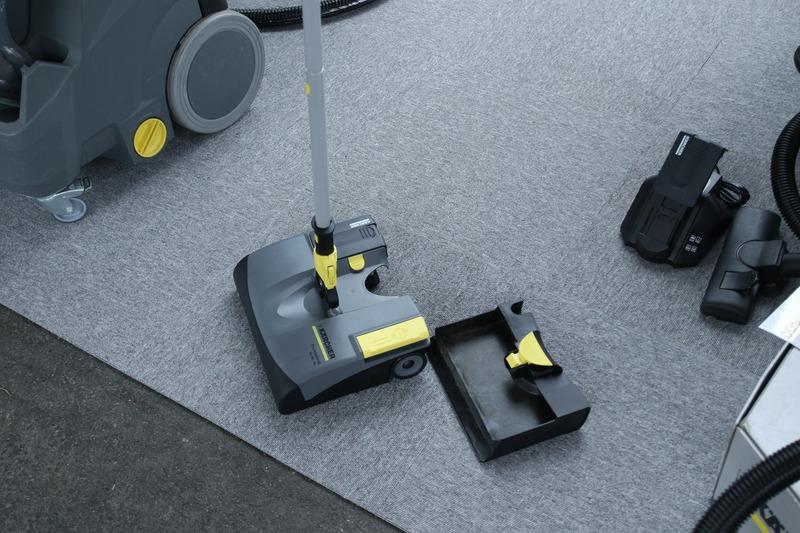 世界で愛用されヒット商品となっている業務用の電気ホウキ! チリトリの容量が大きく、スイッチは黄色いフットペダルになっている
