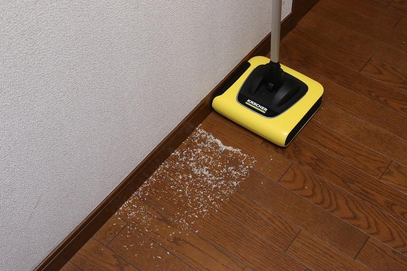 ケルヒャーの電気モップ右側は、壁の際までゴミが取れデッドゾーンがない!