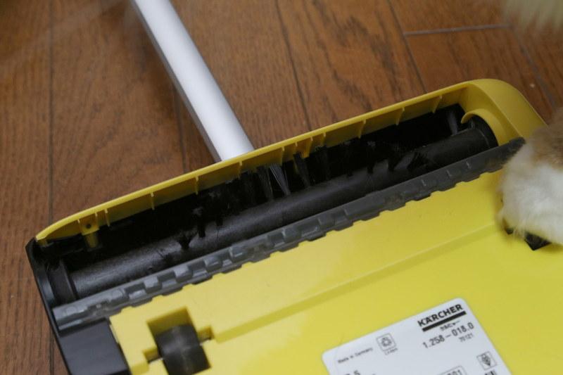 進行方向右側(写真左側)のブラシ支持部分は極限まで薄く作られているので、壁際にスジ状にゴミが残らないようになっている
