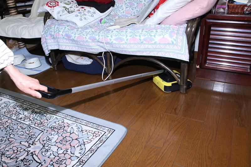 また、モップの柄は180度まで倒れるので椅子の下もスイスイ。また左右にも柄を曲げられるので、ヘッドの向きも変えられる