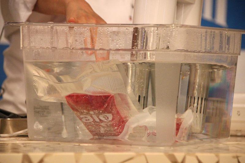 設定温度になったお湯に真空パックした食材を入れるだけで、低温真空調理ができる