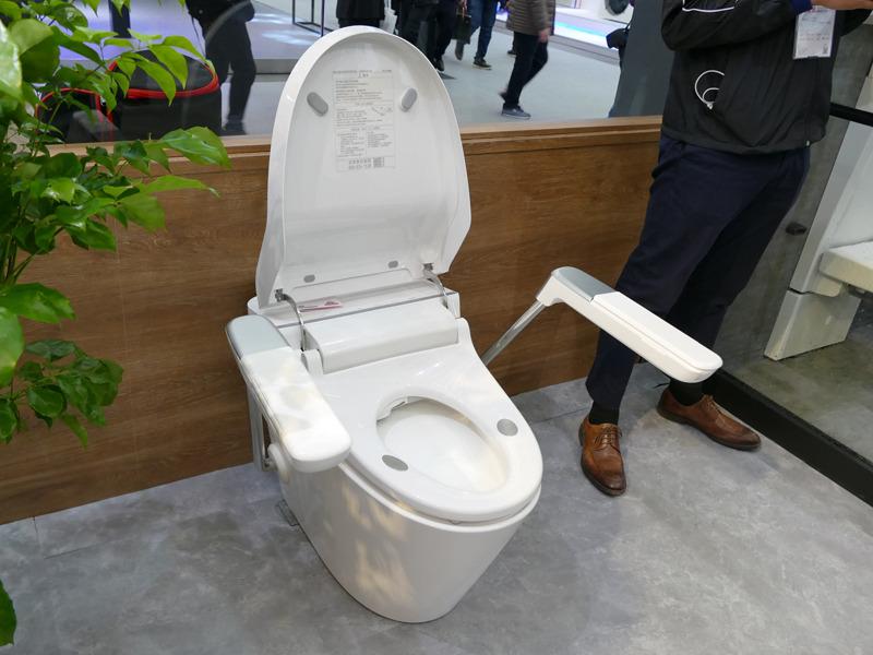 座るだけで体脂肪を測定できるというWi-Fi搭載の温水洗浄便座