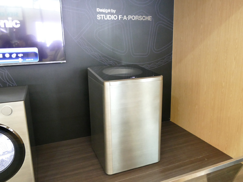 アルミを削り出したような、従来の洗濯機とは全く違うデザイン