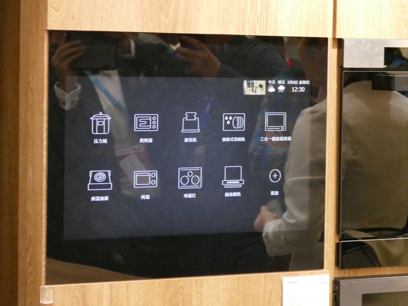 圧力鍋やオーブンレンジ、食洗機など様々な家電製品が繋がっており、1つの画面で一括操作できる