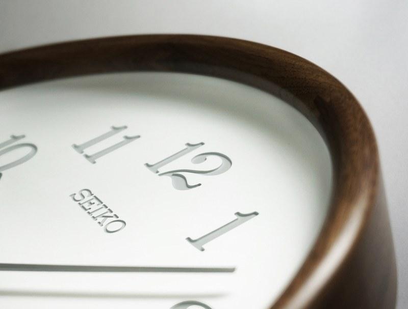 文字盤は漆喰のような自然な白さを持ち、心地よい陰が落ちる優しいデザインを採用
