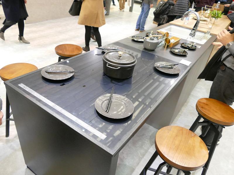 AWEにおいても住空間の展示を強化。写真は、IHクッキングヒーターとダイニングテーブルが一体になった「いろりダイニング」