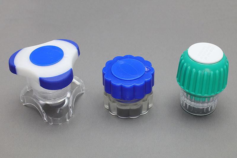 使ってみたピルクラッシャー3種。左のものがもっとも使いやすく感じられます。中央は次点。握る部分の大きさが小さいほど、力を加えにくく、錠剤を粉にしにくいと感じました