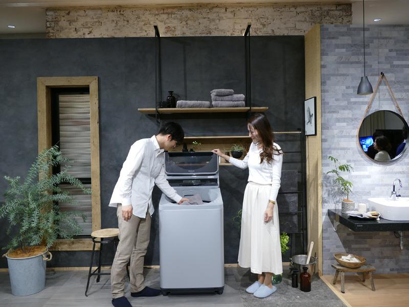 石井佳苗氏による、縦型洗濯機広告デザインのインテリア