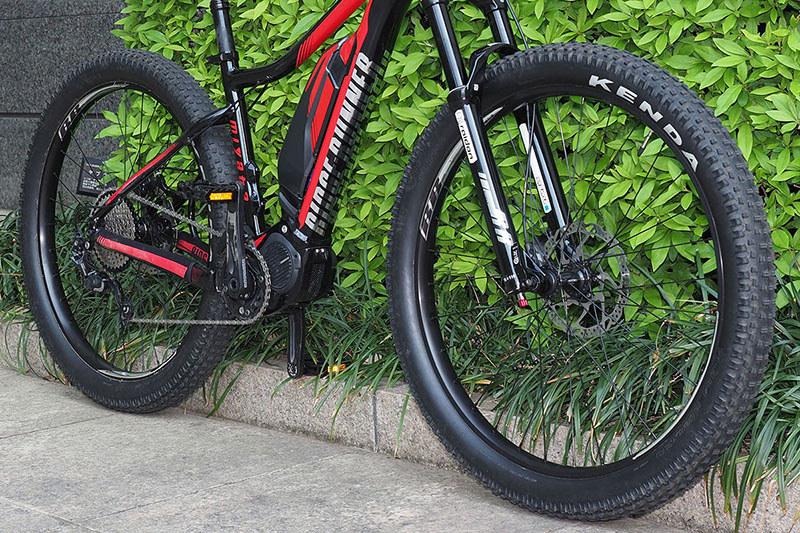 RIDGE-RUNNERはセミファットタイヤのMTBです。一般的なMTBよりもかなり太いタイヤを採用していて、泥道でも前進する力を失いにくく、ある程度のクッション性があるのもメリットです