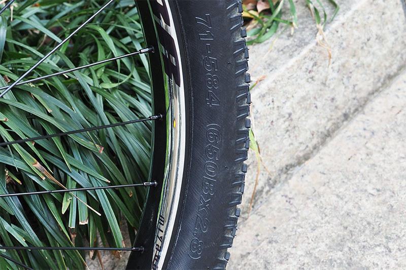 タイヤは650B×2.8というサイズで、27.5インチ径×2.8インチ幅です。71-584(71mm幅/ビート径584mm)のタイヤを装着できます