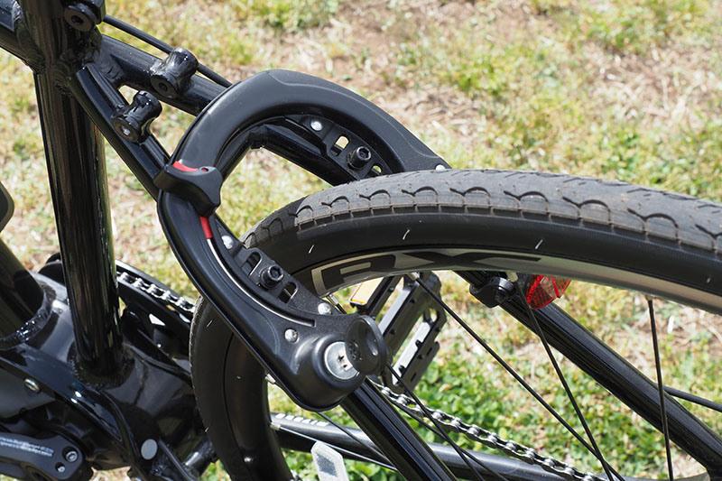 リアホイールにはサークルロック付き。サークルロックの鍵は、バッテリー用の鍵としても機能します(1キー2ロックシステム)。なお、タイヤは700×28Cで、一般的なロードバイクより少し太めですが、クロスバイクとしては平均的な太さでしょう