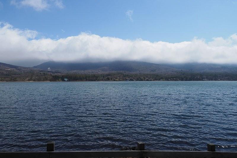 走行中に横を向くと湖面が。広大!