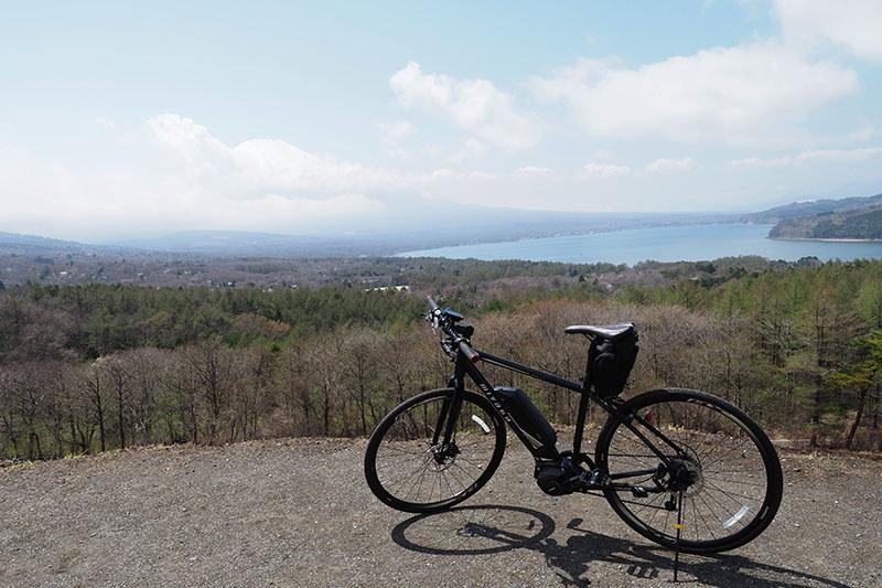 上った先は「山中湖パノラマ台」。山中湖と富士山を同時に眺め下ろせる絶景ポイントです! けど、この日はちょっと雲があって残念~