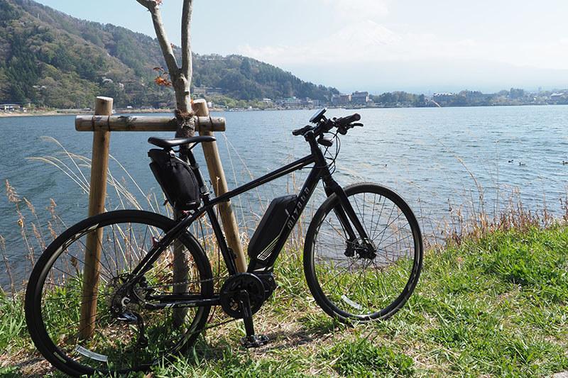 引き続き、クルマで河口湖までCRUISEを運んでのサイクリング。背景には富士山が……一応あるんですけどネ