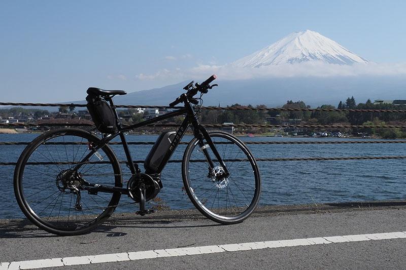 富士山を背景にした写真を撮れる湖畔の道路。湖の北側が空いていて、富士山も見えるのでオススメです