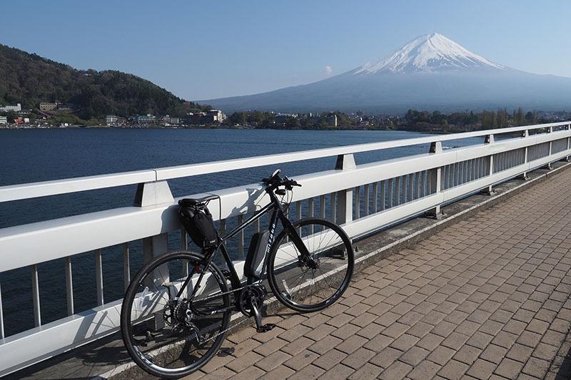 河口湖大橋の上で。歩くには距離があるし、クルマでは止まれない河口湖大橋からの写真は、サイクリングならではかもしれません