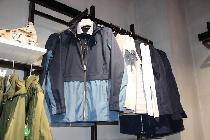 登山服などのアウトドアウェアも日常的に着れるデザインを採用している