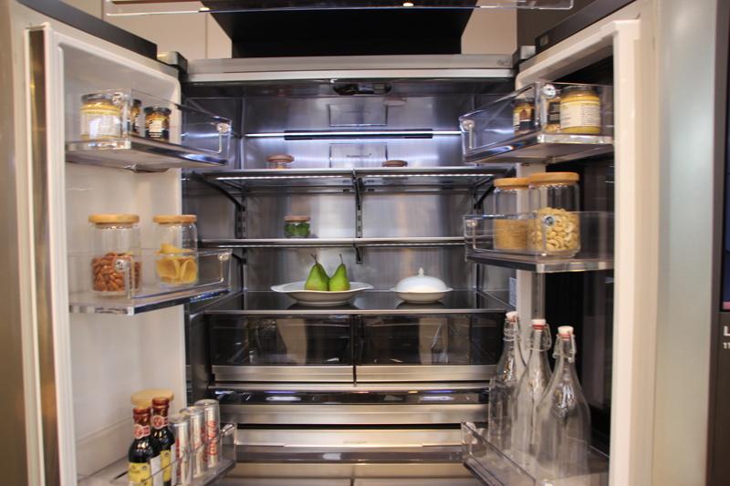 大型の冷凍冷蔵庫。容量800L越えも珍しくない