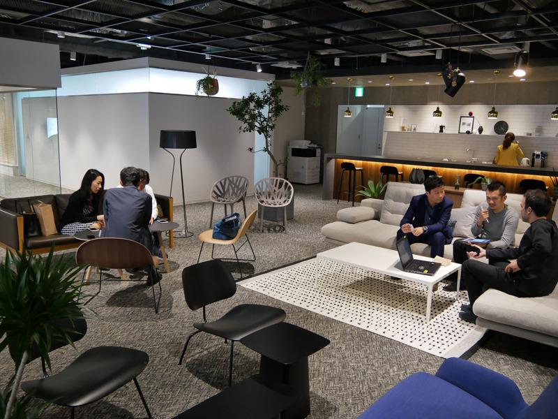 8階のミーティングスペース。開放的な空間だ