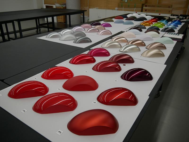 次期掃除機の開発に使用しているモック。掃除機らしい曲面に様々な塗装を施している