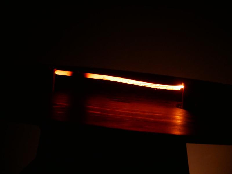 実際の枝竹炭を燃やし、「うつろいゆく熾火に魅入る心地よい時間」を実現する