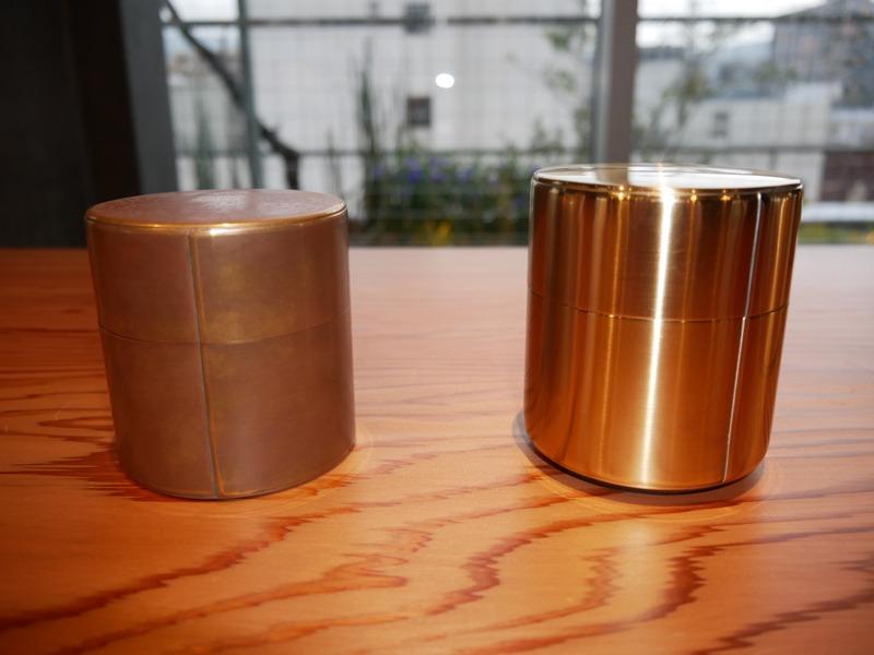 右が2019年春をめどに製品化することが決定した「響筒」。左は原型となった開化堂の茶筒