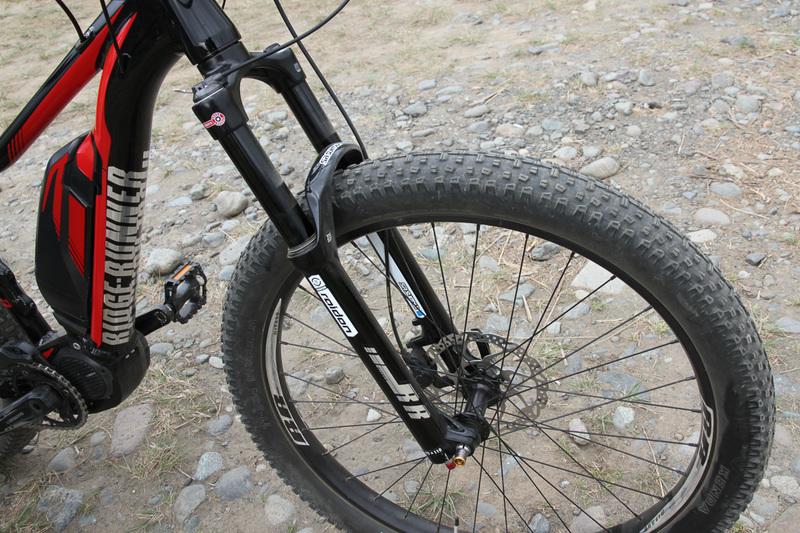 今どきのMTBはタイヤが太い!! 指4本分ぐらいの太さがあります。いかにも抵抗が大きそう