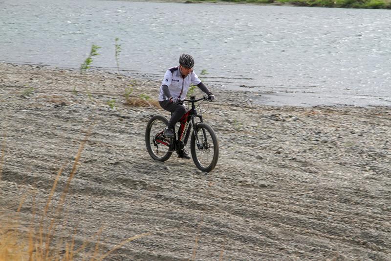 普通は自転車で走れないようなこんな河川敷もアシストのおかげで走れちゃいます