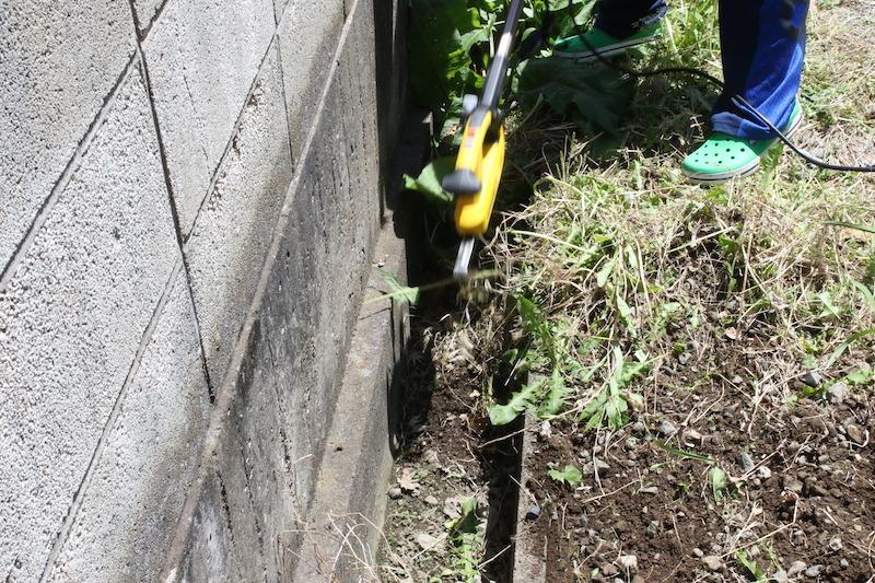 立ったまま作業ができる上に、背丈の高い雑草や側溝の草むしりをするのに便利