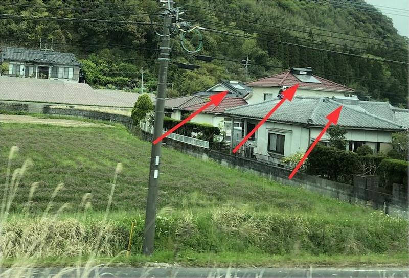 先日、鹿児島に行った際、高速道路からの撮った民家。そこかしこの家の屋根に昔の太陽熱温水器が乗っている