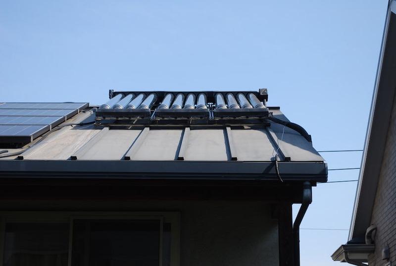 筆者の屋根に設置されている太陽熱温水器