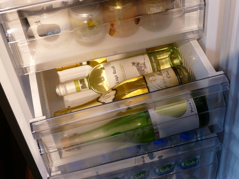 引き出しには、ワインを寝かせて保存できる