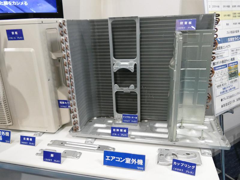 室外機をバラしたところ。奥にL字になっているのが熱交換器。この前に大きなファンが付く。右側のスペースには、ガスを圧縮するコンプレッサーと制御基板が入る