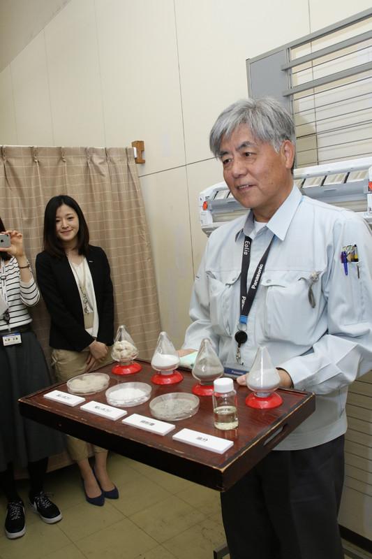 ホコリの原材料は、左から長いホコリ、短いホコリ、微粉塵、油という