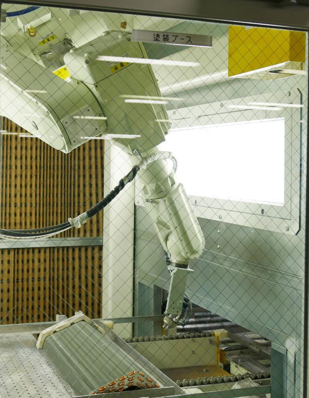 ロボットアームで1つ1つ塗装していく。火気厳禁でこの工程は機械的なスパークが飛ばない設備になっているという