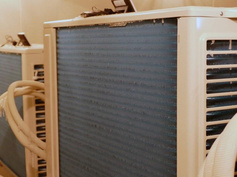 霜取り運転をして霜を溶かす。しかし一般的なエアコンでは、霜取り運転は室外機を温めるため、室内機が冷房運転になってしまう。エオリアのエネチャージは、これを解消