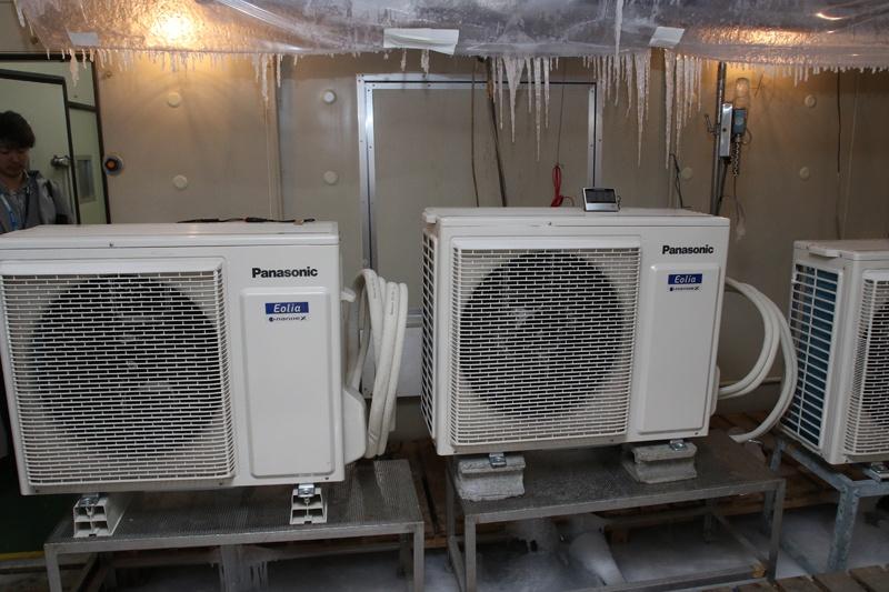寒冷地仕様の室外ユニットのテスト中。鍾乳洞のように排水が下からツララ状になるため、室外機を一段高い台に乗せている