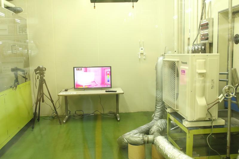 サーモカメラで撮影している室外機の温度は45℃以上。こんな猛暑でもエアコンが効くことを担保する試験